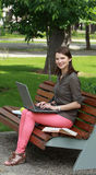 Jonge Vrouw met Laptop in een Park royalty-vrije stock foto