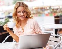 Jonge vrouw met laptop in openlucht Stock Fotografie