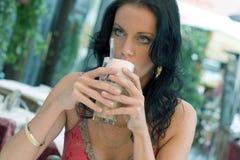 Jonge vrouw met lattemacchiato Stock Afbeeldingen