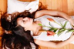 Jonge vrouw met lelie Stock Foto