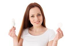 Jonge vrouw met lightbulbs Royalty-vrije Stock Foto's