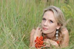 Jonge vrouw met lijsterbes Royalty-vrije Stock Fotografie