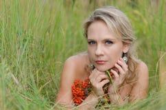 Jonge vrouw met lijsterbes Royalty-vrije Stock Afbeeldingen