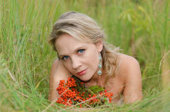 Jonge vrouw met lijsterbes Royalty-vrije Stock Foto's