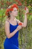 Jonge vrouw met lijsterbessenkroon Stock Afbeeldingen