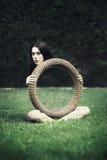 Jonge vrouw met magische truc Stock Foto