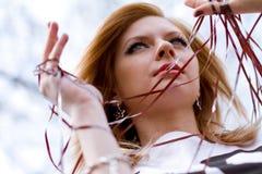 Jonge vrouw met magneetband stock foto