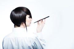 Jonge vrouw met manierkapsel dat een sigaret houdt Royalty-vrije Stock Fotografie