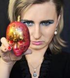 Jonge vrouw met masker Stock Afbeelding