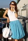 Jonge Vrouw met mobiel Royalty-vrije Stock Foto