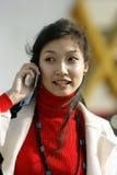 Jonge vrouw met mobiele telefoon royalty-vrije stock fotografie
