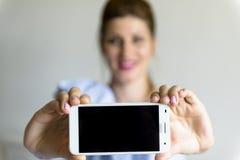 Jonge vrouw met mobiele telefoon Stock Foto's