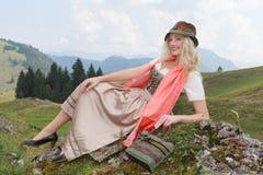 Jonge vrouw met modieuze hoed en Dirndl, Beieren, Duitsland Stock Foto