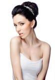 Jonge vrouw met mooi die kapsel op witte studioachtergrond wordt geïsoleerd Royalty-vrije Stock Foto