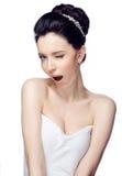 Jonge vrouw met mooi die kapsel op witte studioachtergrond wordt geïsoleerd Stock Foto