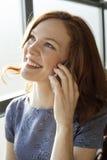 Jonge Vrouw met Mooie Blauwe Ogen die op Celtelefoon spreken Royalty-vrije Stock Foto