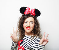 jonge vrouw met muisoren over witte achtergrond Stock Fotografie