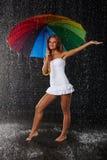 Jonge vrouw met multi-coloured paraplu royalty-vrije stock foto's