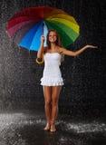 Jonge vrouw met multi-coloured paraplu royalty-vrije stock fotografie