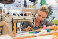 Jonge vrouw met naaimachine Stock Foto