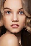 Jonge vrouw met natuurlijke samenstelling & lang glanzend haar Royalty-vrije Stock Foto