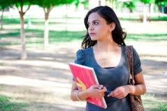 Jonge vrouw met notitieboekje Stock Foto's