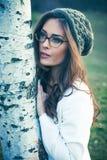 Jonge vrouw met oogglazen openluchtportret royalty-vrije stock afbeeldingen