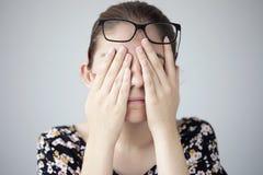 Jonge vrouw met oogmoeheid stock afbeelding