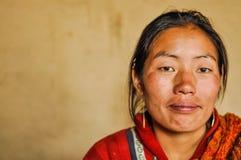 Jonge vrouw met oorringen in Nepal Stock Foto