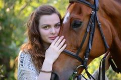 Jonge vrouw met paard Stock Fotografie