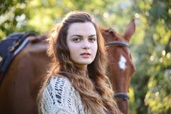 Jonge vrouw met paard Stock Afbeeldingen