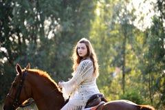 Jonge vrouw met paard Royalty-vrije Stock Foto's