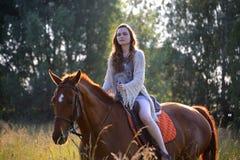 Jonge vrouw met paard Stock Foto