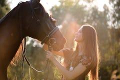 Jonge vrouw met paard Stock Foto's