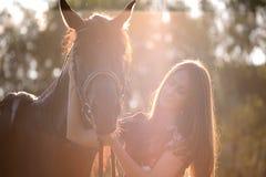 Jonge vrouw met paard Stock Afbeelding