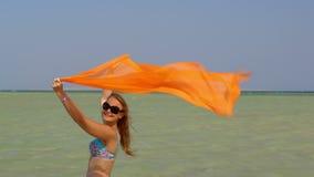 Jonge vrouw met pareo op het strand stock video