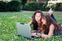 Jonge Vrouw met PC stock afbeelding
