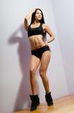 Jonge vrouw met perfect lichaam in zwarte sportkleding Stock Foto