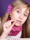Jonge vrouw met pil op hand Royalty-vrije Stock Afbeeldingen