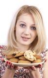 Jonge vrouw met plaat van koekjes Royalty-vrije Stock Foto