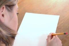 Jonge vrouw met potlood stock foto's