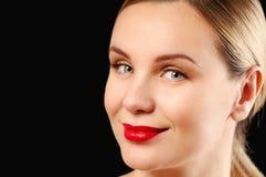 Jonge vrouw met recht haar op donkere achtergrond Stock Afbeelding