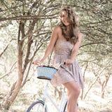 Jonge vrouw met retro fiets in een park Stock Foto