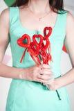 Jonge vrouw met rode harten Stock Fotografie