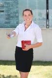 Jonge vrouw met rode leerportefeuille en euro bankbiljetten Stock Afbeelding