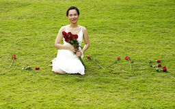 Jonge vrouw met rode rozen Royalty-vrije Stock Foto's