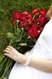 Jonge vrouw met rode rozen in het park Stock Fotografie
