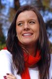 Jonge vrouw met rode sjaal Stock Foto's