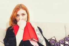 Jonge vrouw met rood dekkingsboek royalty-vrije stock afbeelding