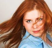 Jonge vrouw met rood haar Royalty-vrije Stock Foto